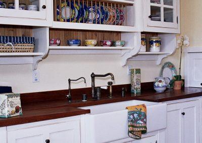 Kitchen shelf for dishes